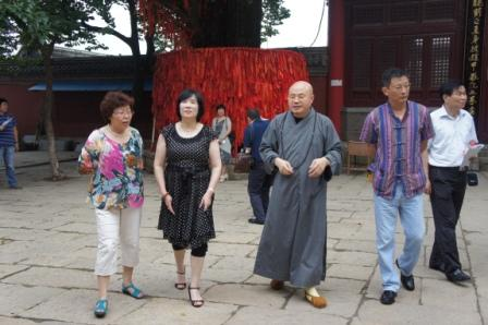 江苏融锦集团陈荣华夫妇在连云港市侨办主任刘娟的陪同下来山礼佛还愿